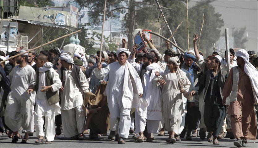 PROTEST: Flere tusen mennesker demonstrerte i sentrum av Kandahar lørdag. Minst ni mennesker ble drept. Foto: AP Photo