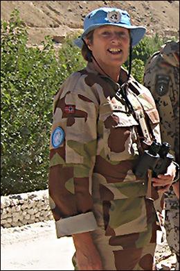 VAR FN-OFFISER: Siri Skarset (52) bidro til å hjelpe til med å bygge opp sivilsamfunnet i Afghanistan. Foto: FORSVARET