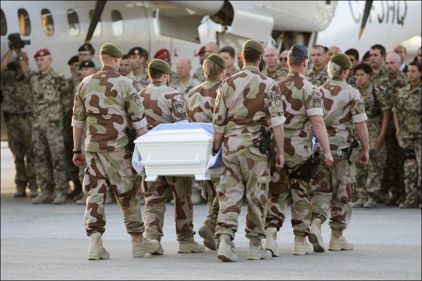 TIL KABUL: Bårene til de drepte FN-ansatte ble lørdag brakt til Kabul som ledd i etterforskningen. Foto: SCANPIX