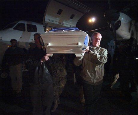TAR FARVEL: FNs spesialutsending til Afghanistan, Staffan de Mistura (t.h.) er med på å bære kisten av en de syv drepte FN-ansatte etter angrepet mot FN-bygget i Mazar-e Sharif. Foto: AFP