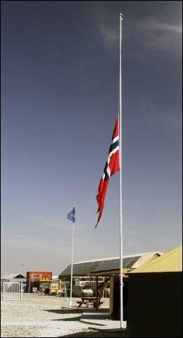 HALV STANG: Det norske flagget på halv stang i den norske leiren i Mazar-e Sharif. Foto: Forsvaret