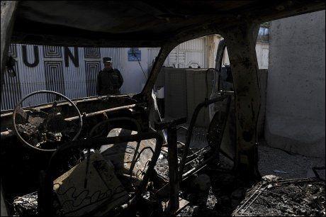 RASERT: En nedbrent bil står utenfor FN-bygget i Mazar-e Sharif. Foto: AFP