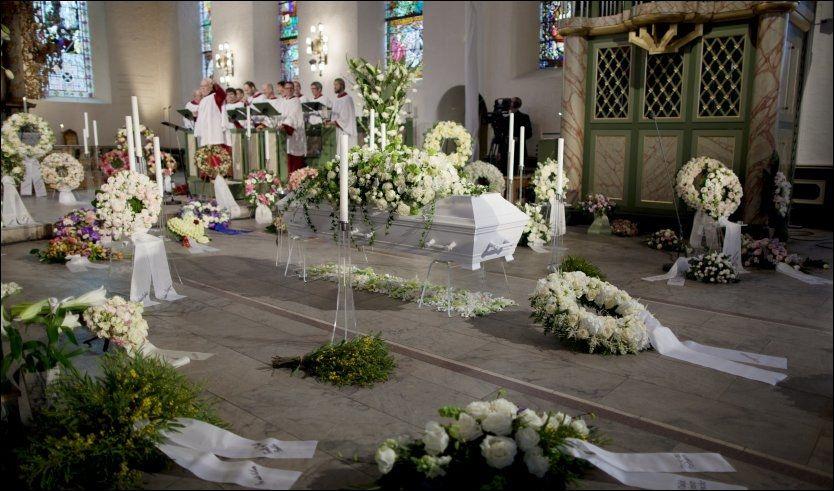BLOMSTENE I KIRKEN: Alle disse blomstene, med unntak av de offisielle kransene fra kongefamilien og regjeringen, ble kastet rett etter seremonien. Foto: Scanpix