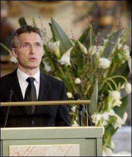 HOLDT TALE: Jens Stoltenberg mintes Wenche Foss. Regjeringens krans var én av to kranser som ikke ble kastet etter bisettelsen. Foto: Scanpix