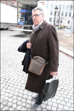 BLOMSTER-FINN: Finn Schjøll er på plass for å ordne med blomsterdekorasjonene i Oslo Domkirke. Foto: Halstein Røyseland