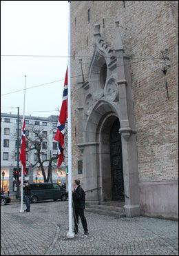 HALV STANG: Flaggene henger på halv stang utenfor Domkirken. Foto: Halstein Røyseland