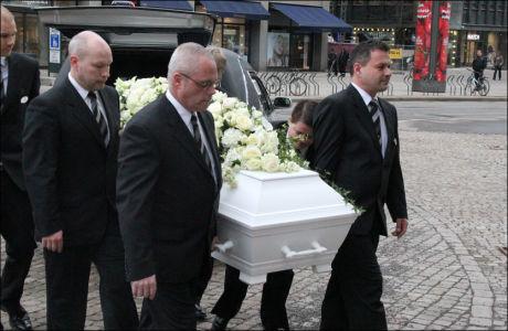 BISETTES: Kisten med Wenche Foss ble båret inn i Oslo Domkirke ved 8.45-tiden mandag morgen. Foto: Halstein Røyseland