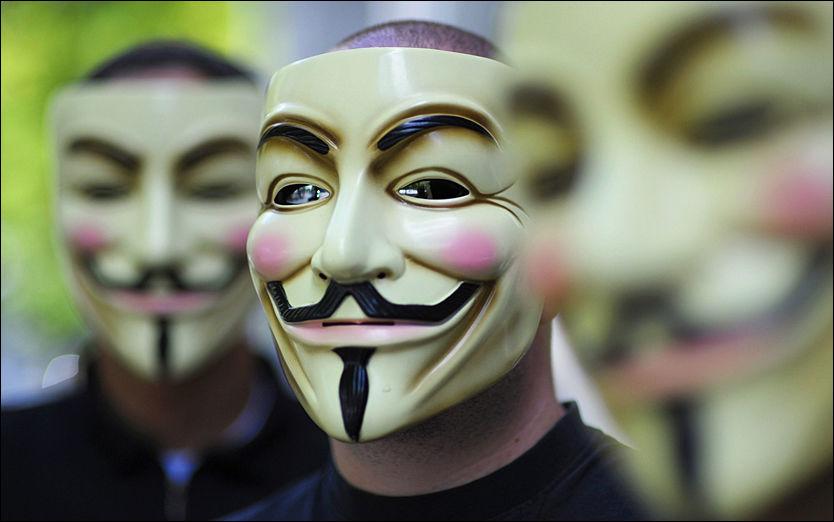 BAK MASKER: Anonymous-aktivistene sier de står bak angrepet mot nettsiden til Arbeiderpartiet og Høyre. Bildet er tatt under en demonstrasjon i 2008. Foto: AFP