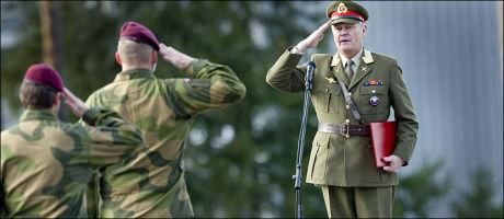 FSK: Her hilser forsvarssjef Harald Sunde på soldater fra Forsvarets Spesial Kommando (FSK) under et besøk i Rena Leir i 2009. Foto: Geir Olsen