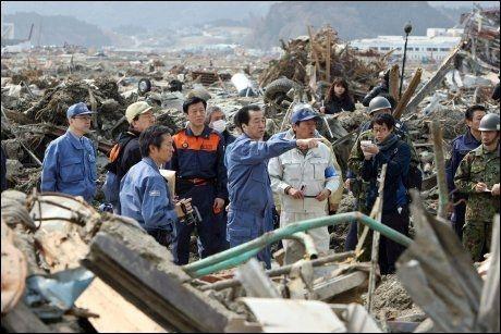 I KATASTROFEOMRÅDET: Japans statsminister Naoto Kan (i midten) besøkte tsunamirammede Rikuzentakata. Torsdag ble det på nytt sendt ut tsunamivarsel for den samme kysten som ble rammet av det voldsomme jordskjelvet og tsunamien 11. mars. Foto: AFP