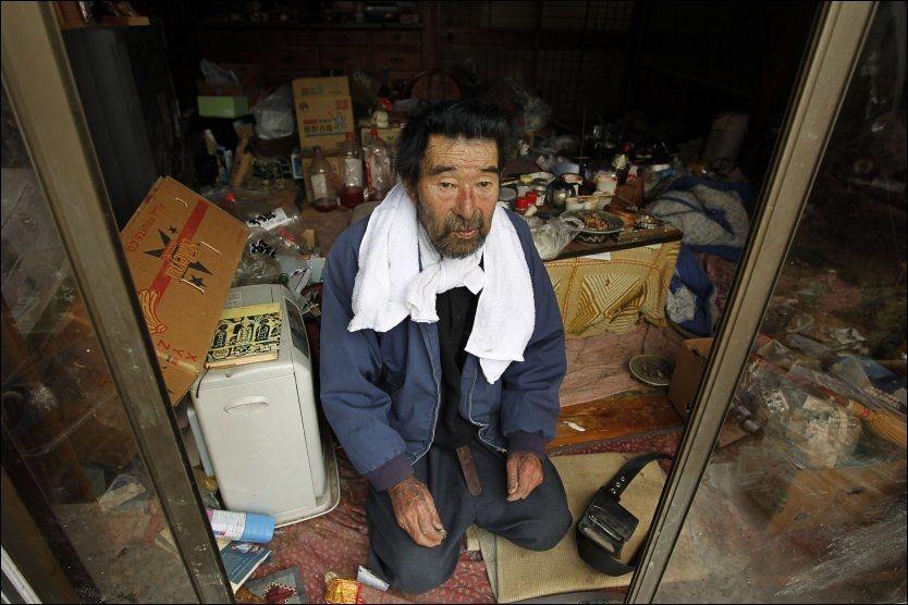 ALENE: Kunio Shiga (75) ble funnet alene og forlatt i huset sitt i byen Minami Soma. Han har vært alene i huset siden jordskjelvet og tsunamien rammet Japan 11. mars. Foto: AP