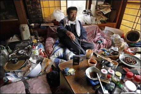BATTERI-RADIO: Kunio Shigas eneste informasjonskilde fra omverdenen har vært en batteridrevet radio. Foto: AP