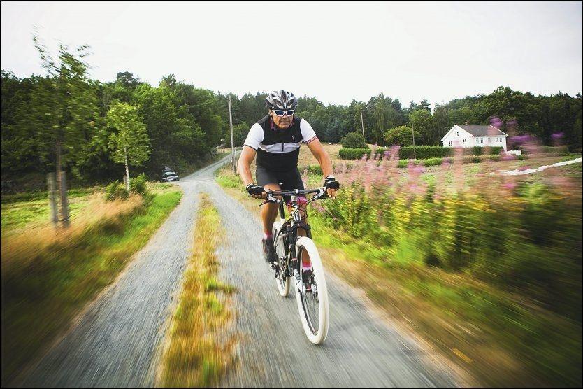 GLAD I GRIMSTAD: Dag Otto Lauritzen sykler gjerne i Norge. Her er han i Landvik utenfor Grimstad. Foto: SONDRE STEEN HOLVIK