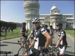 I PISA: Dag Otto Lauritzen stortrives på sykkel i Italia. Her er han ved Det skjeve tårn i Pisa, sammen med kamerat- og treningsgjengen «Køllekameratene» fra Grimstad. Foto: BJØRN ATLE EIDE