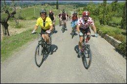 I TOSCANA MED VENNER: Her er Dag Otto Lauritzen på sykkelferie i Toscana i Italia med gode venner. Kona Ellen til venstre iført gul ledertrøye. Foto: BJØRN ATLE EIDE
