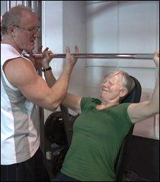 HARDTRENING FOR ELDRE: - To til, sier Bråthen til Aud når hun tror brystøvelsen er over. Foto: David Andresen