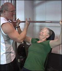 Eldre bør trene styrke - her er øvelsene