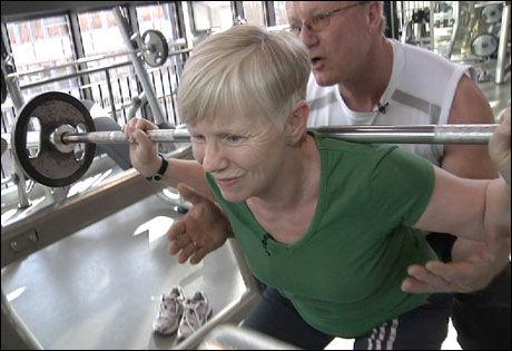 PERSONLIG TRENINGSTIME: Det gjelder å legge på så mye motstand at øvelsen faktisk styrker musklene. Foto: David Andresen