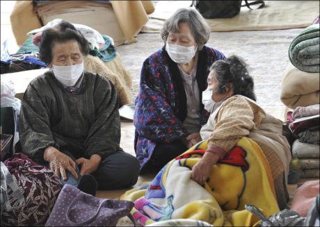 EVAKUERT: Høy stråling fører til at flere nå blir evakuert fra områdene rundt kraftverket Fukushima, og må muligens oppholde seg på et evakueringssenter slik som disse damene. Her fra Kesennuma, nord i Japan. Tirsdag ble ulykken oppgradert til nivå sju. Foto: Ap