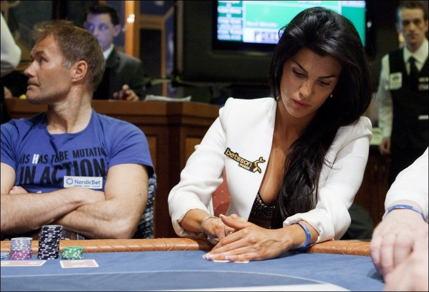 DYPT KONSENTRET: Aylar Lie på plass ved pokerbordet i Riga i Latvia. Foto: Scanpix Foto: Scanpix