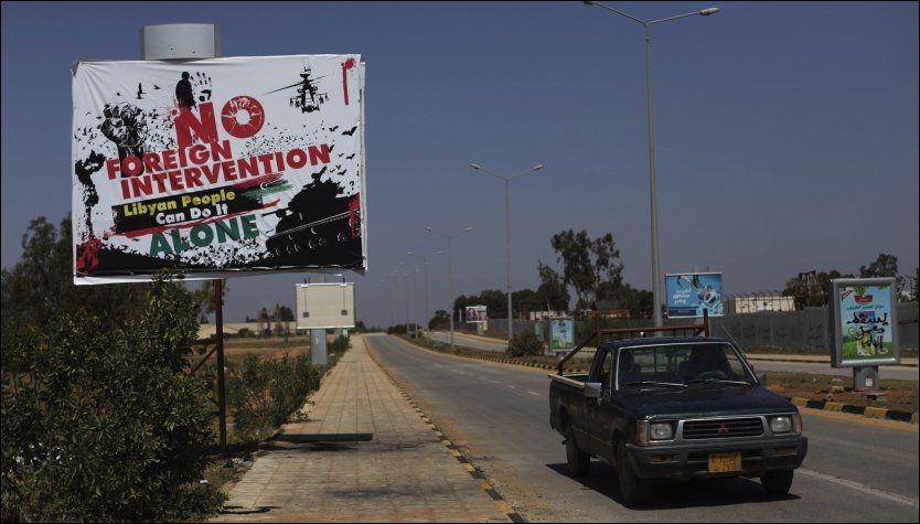 PROTEST: Protestene mot utenlandsk intervensjon i Libya er godt synlige i opprørshovedstaden Benghazi. NATO er nå splittet om operasjonen i landet skal trappes opp. Foto: AP