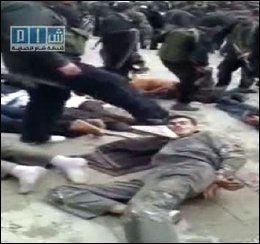 SPARKES: En mann blir sparket mens han ligger på bakken. Foto: AFP