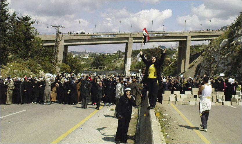 DEMONSTRASJONER: Dette bildet er fra en demonstrasjon i byen Banias for to dager siden. Foto: AP