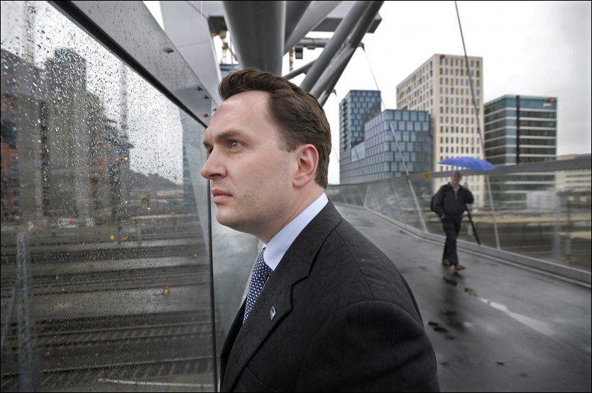 SKYLINE: Byrådsleder Stian Berger Røsland ser Oslos nye skyline ta form i Bjørvika, men er bekymret for lav boligbygging. Her studerer han den nye gangbroen som binder det nye Operakvarteret sammen med Grønland. Foto: Helge Mikalsen/VG