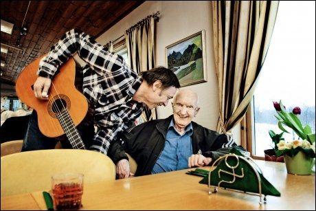 MUSIKKGLEDE: Musikk har vært hans livs glede. Men det er ikke skillingsviser og sanger fra bedehuset som vekker minner. Jan B. Storøy vil høre Jim Reeves. Foto: Karin Beate Nøsterud