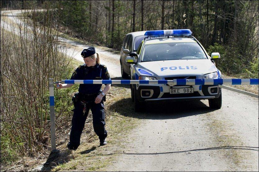 SPERRER AV: Politiet sperrer av området sør for Norrtälje, hvor hunden til en barnefamilie skal ha blitt angrepet av to ulver søndag morgen. Foto: SCANPIX