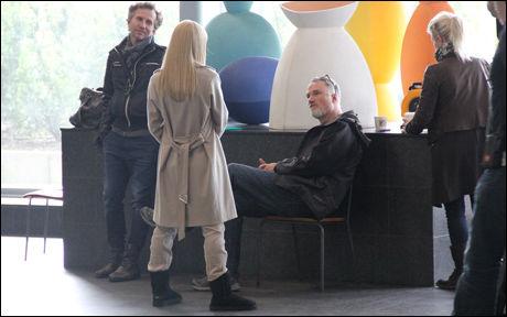 HOLLYWOOD PÅ GARDERMOEN: Rooney Mara i prat med regissør David Fincher. I bakgrunnen hennes stylist. Foto: Atle Jørstad, VG Nett.