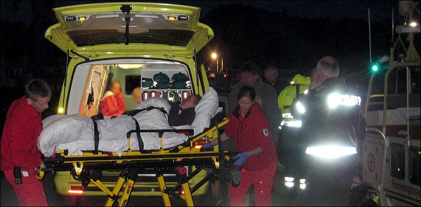 FIKK KUTTSKADER: Her blir familien tatt hånd om av ambulansepersonale etter den dramatiske båtulykken torsdag kveld. De to voksne skal ha fått kuttskader da båten deres grunnstøtte og sank i sjøen. Foto: Fridjof Nygaard/VG