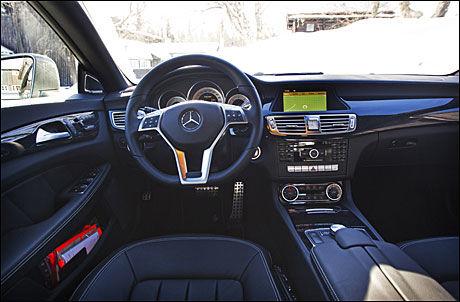BAK RATTET: I det du sklir ned i de bøtteformede setene omslutter førermiljøet deg på klassisk Mercedesvis Foto: Frode Hansen