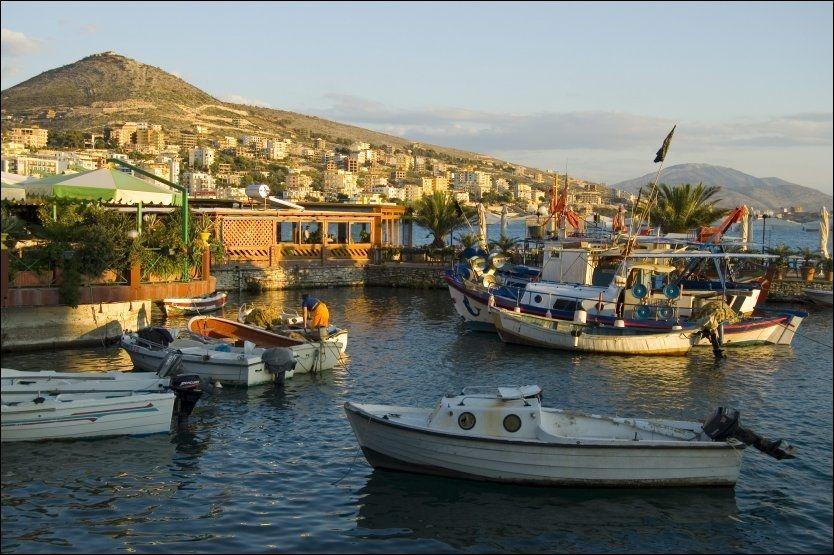 SMÅ FORHOLD: Albanias turisme er fortsatt i liten skala, i likhet med småbåtene ved havna i Saranda. Her er det billig å være på ferie. Foto: CAMERA PRESS/VERONICA GARBUTT Foto: