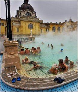 BADEBY: Det offentlige badet, Szechenyi Fürdö ved hotell Gelllert, er en 38 graders dampende opplevelse i Budapest. FOTO: MAGNAR KIRKNES