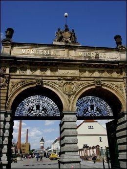 PLZEN: Inngangen til Urquell-bryggeriet som også er å se på etiketten til byens berømte øl, Pilsner Urquell. Foto: Gøran Bohlin