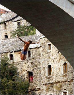 IKKE FOR PYSER: En stuper kaster seg utfor den 22 meter høye broen i Mostar. Foto: AFP