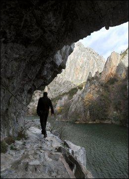 DEN SMALE STI: Turløypa langs elven Treska i Matka-canyonen er spesiell. Foto: AP