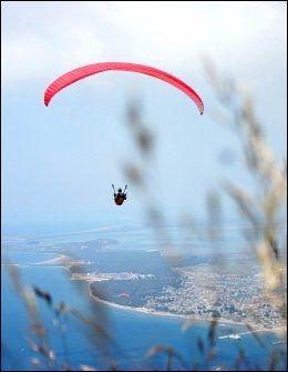 ALBANIA: En paraglider flyr over Vlora-stranden, 150 kilometer fra Tirana. FOTO: AFP Foto: