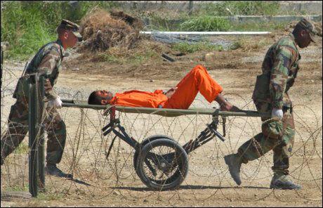 FANGEINFORMASJON: Nye dokumenter fra varslertjenesten Wikileaks gir innblikk i bakgrunnen til fangene på Guantanamo. Her fraktes en fange inne i leiren i 2002. Foto: AP