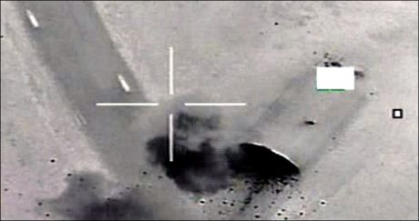 HER TREFFER DE NORSKE BOMBENE MÅLET: På dette bildet ser man et av målene som er blitt truffet av norske presisjonsstyrte bomber. Forsvaret vil ikke gå ut med informasjon om hvilke mål de norske pilotene bomber. Foto: Forsvaret / Scanpix