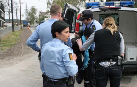 BLE ARRESTERT: En av etioperne blir tatt med i politibilen tirsdag morgen da de blir kastet ut av Refstad transittmottak på Løren i Oslo. Foto: Abetew Bezuayehu