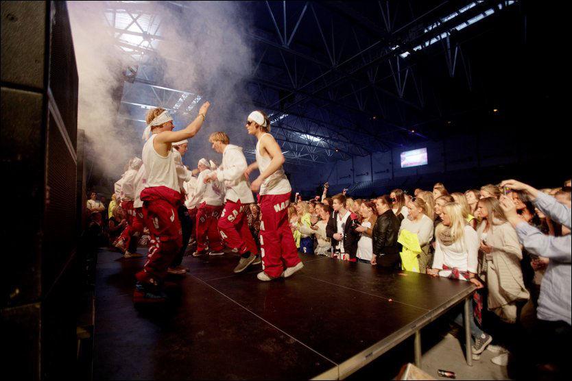 FESTEN ER I GANG: Russetiden er igang, her fra russebusskåring i Telenor Arena. Slettmeg.no advarer russen mot å legge ut kompromitterende bilder av hverandre. Foto: Scanpix