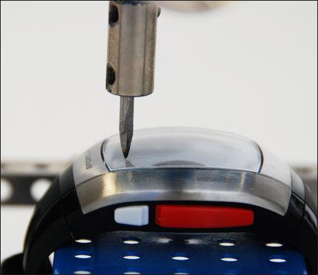 Testerne gikk systematisk til verks for å teste de forskjellige klokkenes egenskaper. Her testes ripemotstanden. Foto: ICRT/Forbrukerrådet