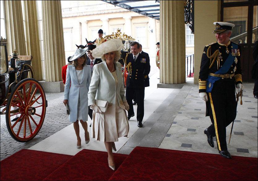 INVITERTE TIL MIDDAG: Prins Charles (t.h.) har invitert til storstilt bryllupsmiddag på Buckingham Pallace. Foto: Scanpix