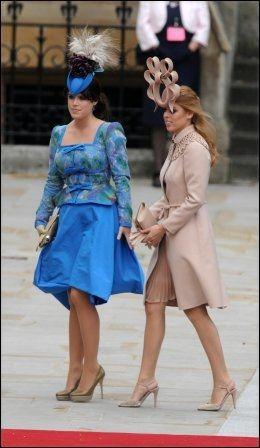 VAKTE OPPSIKT: Prinsessene Beatrice og Eugenie hadde fått på seg noen flotte hatter. Foto: Camera Press