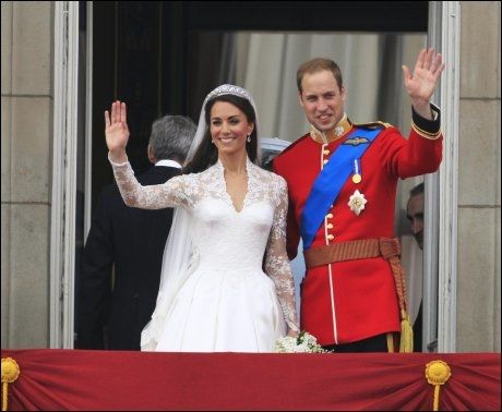 MØTTE FOLKEMENGDEN: Her er nygifte Kate og prins William på balkongen på Buckingham Palace. Foto: AFP