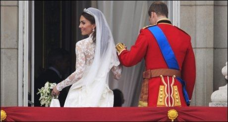 KORT OPPTREDEN: Etter noen få minutter på balkongen spaserte brudeparet inn på slottet, hvor de skal feste ut i de sene nattetimer. Foto: AP