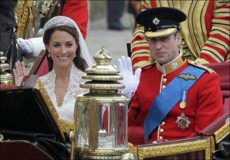 MAJESTETISK: Nygifte prins William og Kate - nå hertug og hertuginne - i kortesjen på vei til Buckingham Palace. Foto: AP