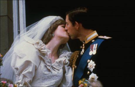 BERØMT KYSS: Dette kyssebildet av prins Charles og Diana etter bryllupet i 1981, gikk verden rundt. Foto: Corbis